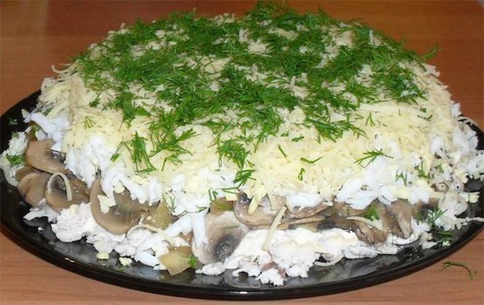 салат с грибами и курицей осенний